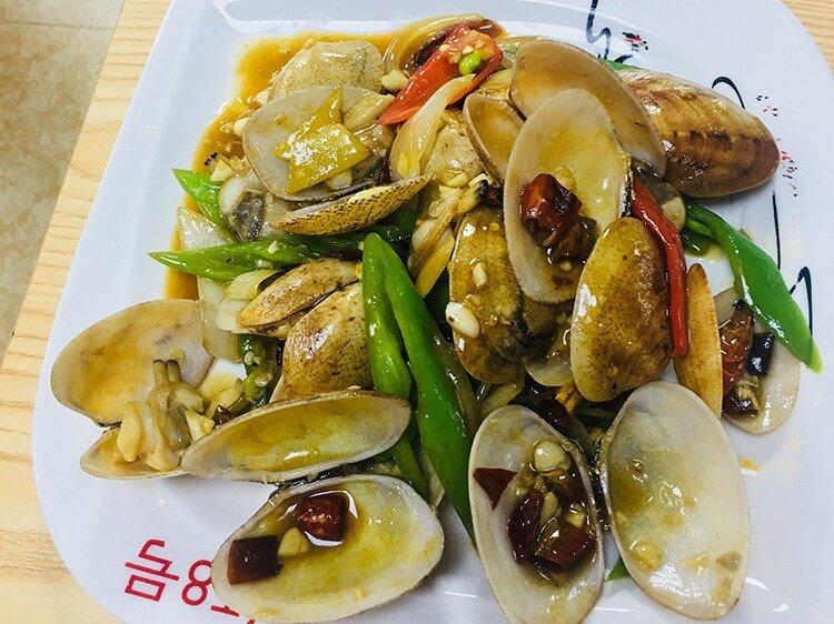去这家海鲜店吃饭,8公里以内老板免费接送,用餐还送海鲜粥!