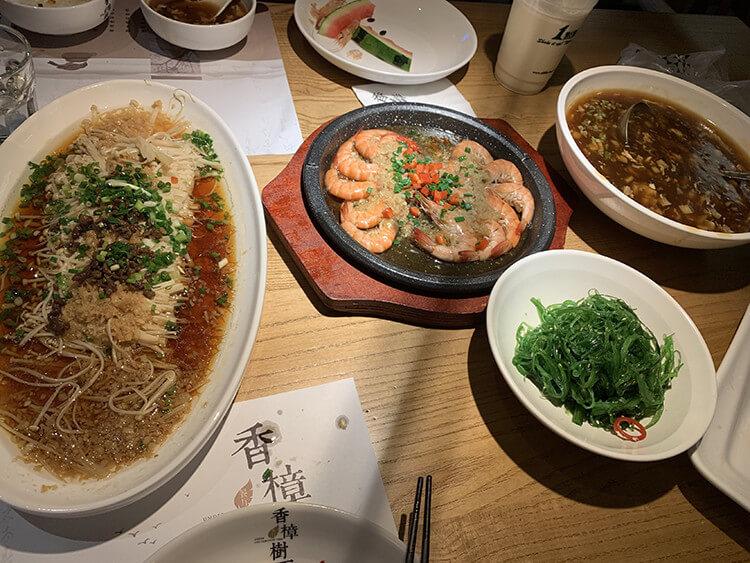 每个位置都是独立的小包间的中餐厅,装修古韵十足仿佛穿越回古代