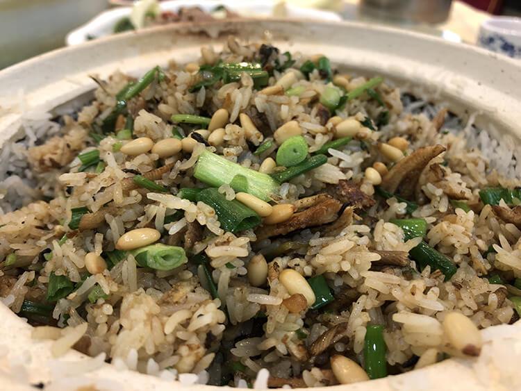 这家的黄鳝饭人均50元不到,还配鳝骨汤和烧鹅