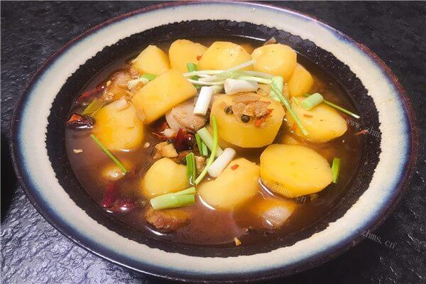 五花肉烧土豆香喷喷的,超级好吃