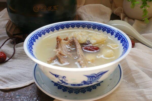 营养丰富的花胶炖鸽子汤,味道超级鲜美,一喝就是一大碗