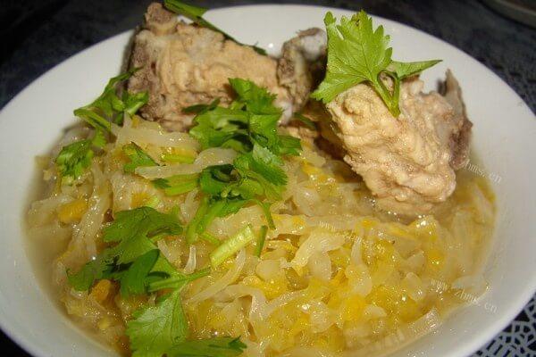 东北酸菜的做法——刺骨炖酸菜