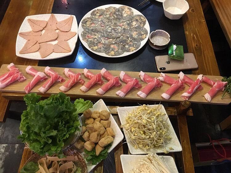 超正宗的四川火锅,锅底都是老板专门从四川请过来的师傅每天现熬的!