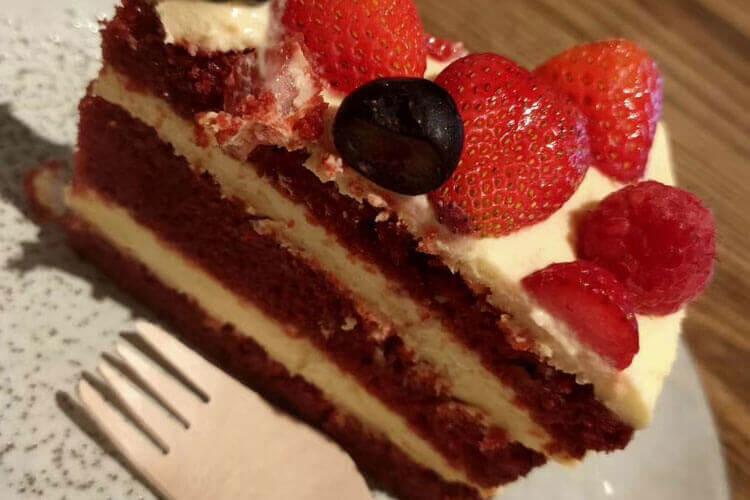 千层蛋糕一定要冷冻吗?放在冰箱里面冷藏不行吗?