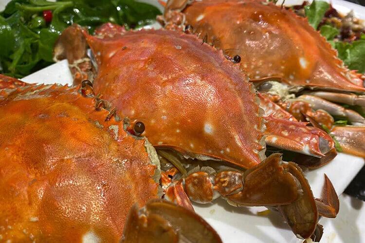 许多人都喜欢买新鲜螃蟹回家自己做,买来的螃蟹怎么洗干净呢?