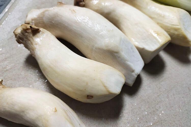 种的蘑菇长出来了,肉炒蘑菇味道怎么样?