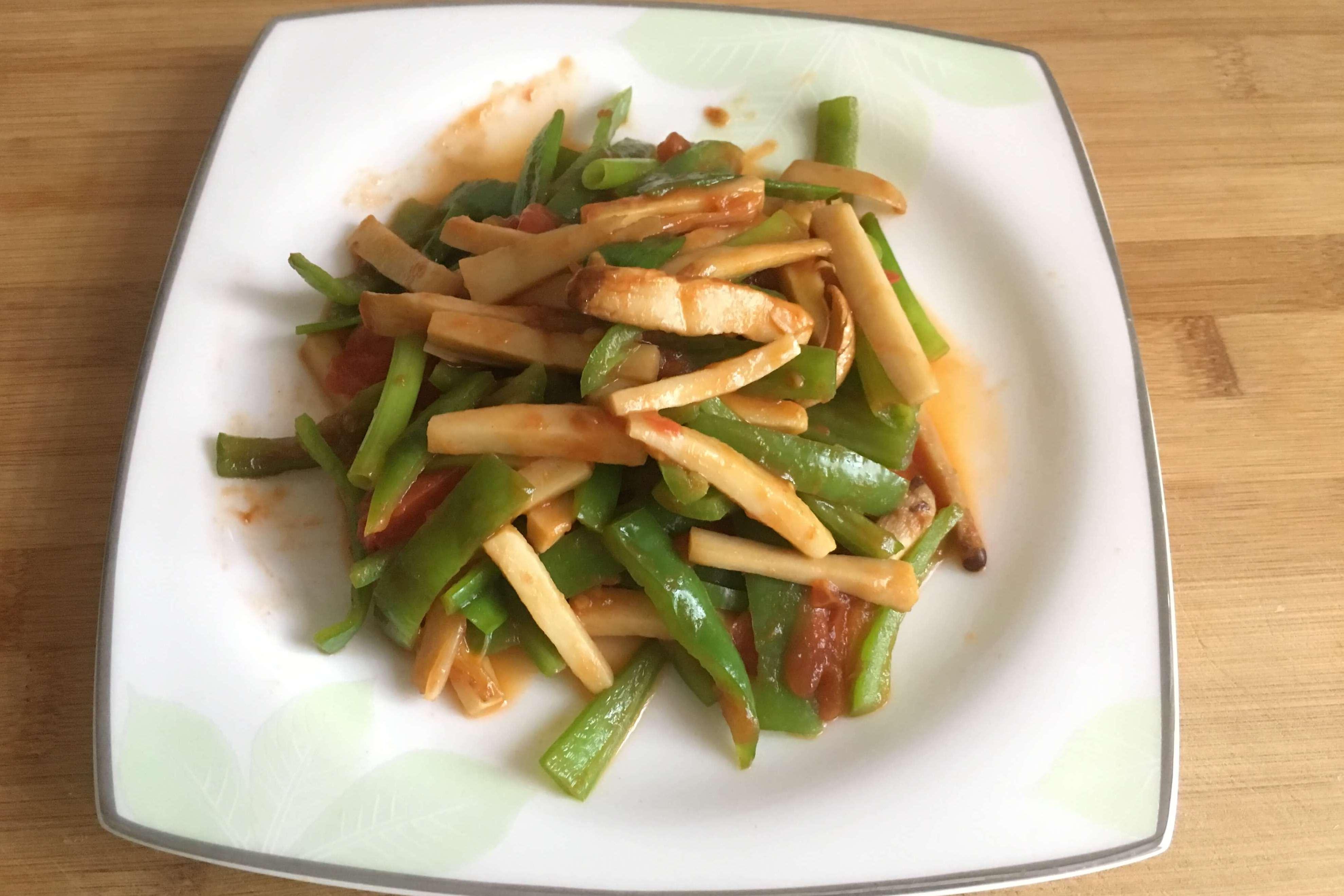 青椒炒蘑菇来点番茄味道会更鲜美,简单易操作,还不去试试!