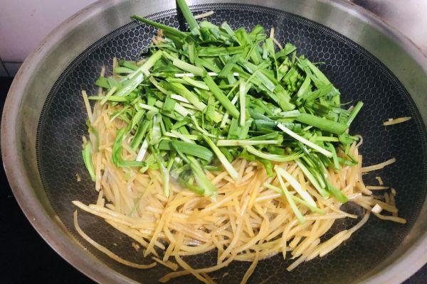 土豆丝炒韭菜这样做上桌就被秒光了第六步