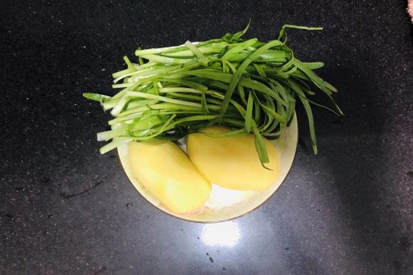 土豆丝炒韭菜这样做上桌就被秒光了第一步