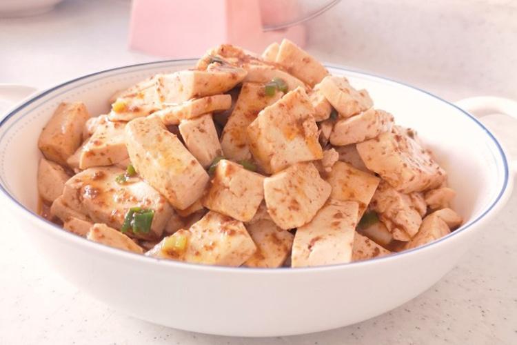 这是一款有着海鲜鲜美味道的,虾酱炒豆腐吧