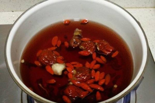 醉虾:用红酒泡出来的虾味道更加鲜美第三步