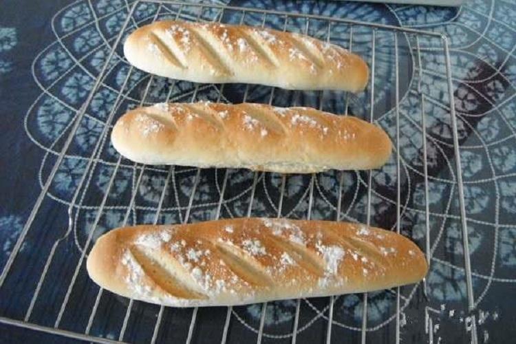 表面硬邦邦的法棍面包,味道其实很好吃