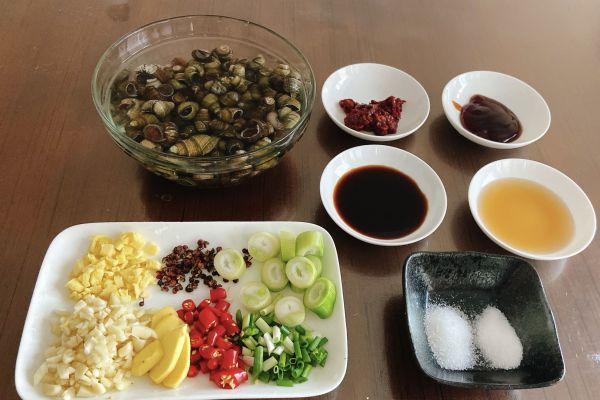 夏季大排档的热门菜系——香辣爆炒田螺第一步