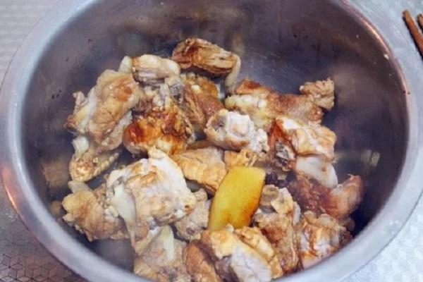 超级下饭的干锅排骨,做法也超级简单第四步