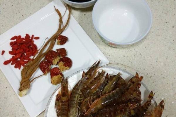 醉虾:用红酒泡出来的虾味道更加鲜美第一步