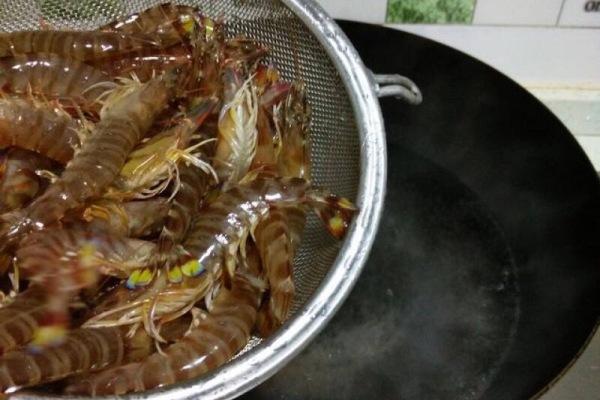 醉虾:用红酒泡出来的虾味道更加鲜美第四步