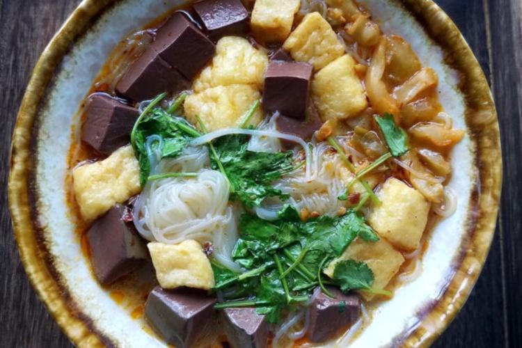 南京的特色街头小吃:鸭血粉丝汤