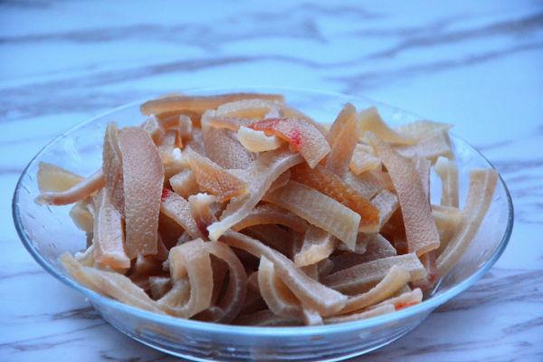 东北春节的必备菜品——家庭自制猪皮冻第二步