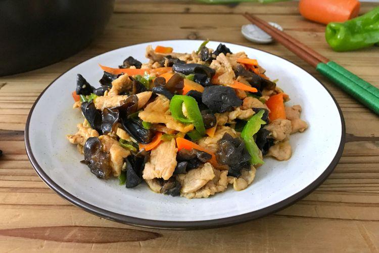 胡萝卜黑木耳炒肉片,包含了各种蔬菜,超级好吃