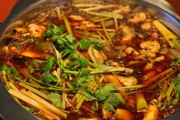 新辣道鱼火锅,麻辣鲜香的底料配上鲜嫩的鱼肉,真是过足了嘴瘾