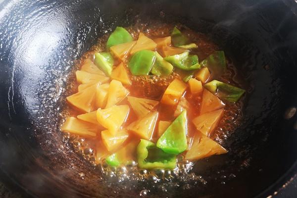 这是一款酸酸甜甜,超级下饭的,菠萝古老肉~第八步