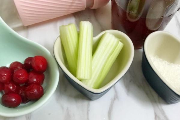 西芹蔓越莓汁,酸酸甜甜好滋味第三步