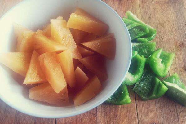 这是一款酸酸甜甜,超级下饭的,菠萝古老肉~第五步