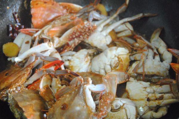 螃蟹不只有清蒸才好吃,煎连壳蟹麻辣鲜香,是一道非常不错的下酒菜第八步