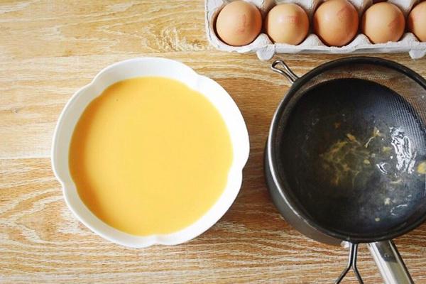 今天叫你如何蒸鸡蛋羹,是一款入口即化的,蒸鸡蛋羹哦~第五步