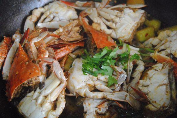 螃蟹不只有清蒸才好吃,煎连壳蟹麻辣鲜香,是一道非常不错的下酒菜第十步