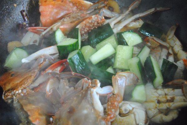 螃蟹不只有清蒸才好吃,煎连壳蟹麻辣鲜香,是一道非常不错的下酒菜第九步