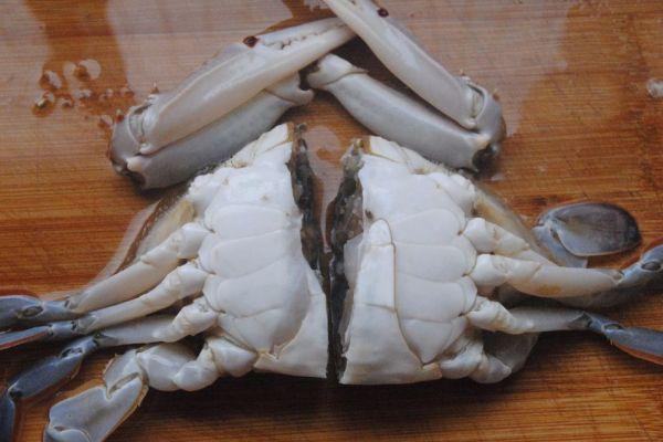 螃蟹不只有清蒸才好吃,煎连壳蟹麻辣鲜香,是一道非常不错的下酒菜第二步