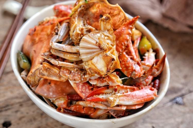 螃蟹不只有清蒸才好吃,煎连壳蟹麻辣鲜香,是一道非常不错的下酒菜