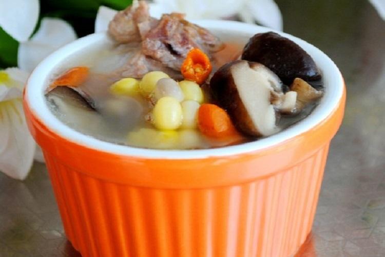 香菇玉米排骨汤荤素搭配营养全面,全家都爱喝