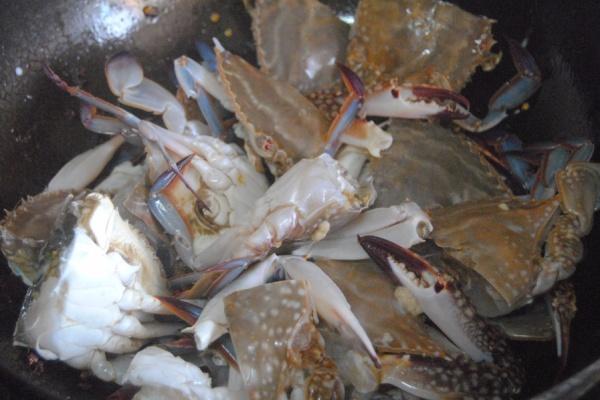 螃蟹不只有清蒸才好吃,煎连壳蟹麻辣鲜香,是一道非常不错的下酒菜第七步