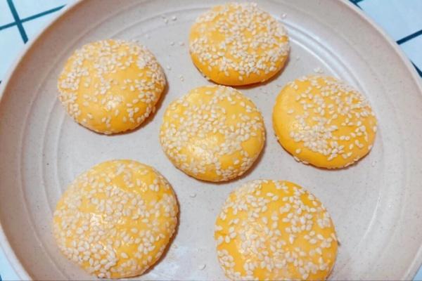 想知道南瓜饼的制作方法吗?轻松几步就能完成!第五步