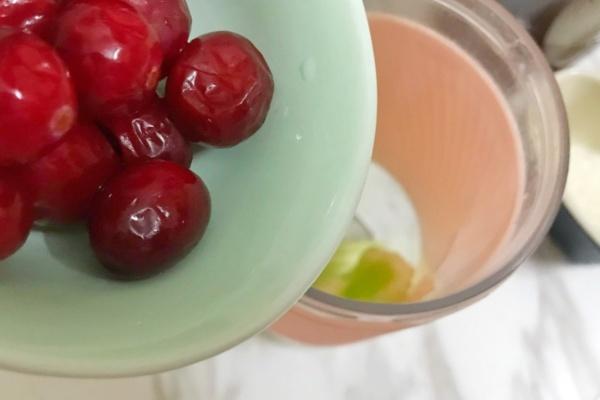 西芹蔓越莓汁,酸酸甜甜好滋味第四步