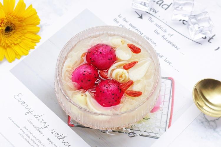 火龙果银耳莲子汤口感香甜可口,而且营养丰富,夏季必备