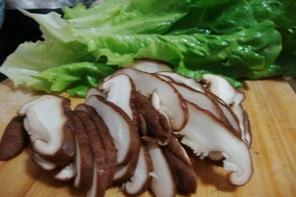 香菇肉片鸡蛋面,美味可口有营养第二步