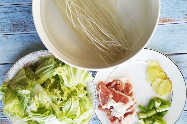 东北家常菜之猪肉白菜炖粉条,带你感受东北浓厚的乡土气息第三步
