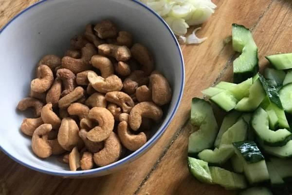 一定不要错过这道腰果梨炒虾仁,无论是从口感还是热量,它都是你的不二之选第二步