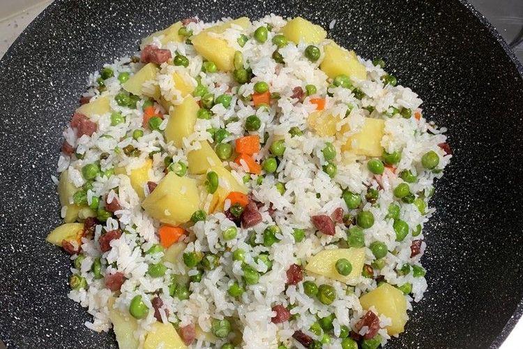 豌豆怎么吃,当然是做成香肠豌豆洋芋焖饭啦,简单又美味