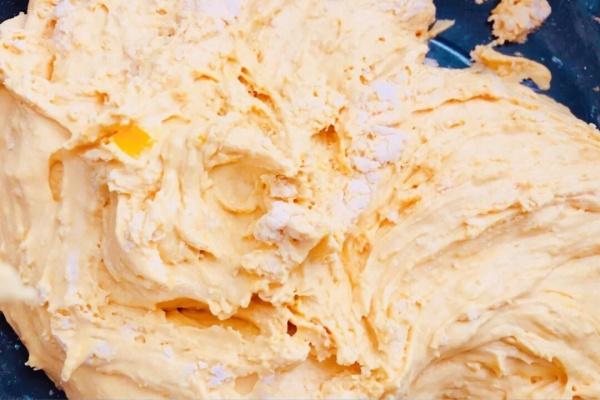 想知道南瓜饼的制作方法吗?轻松几步就能完成!第三步