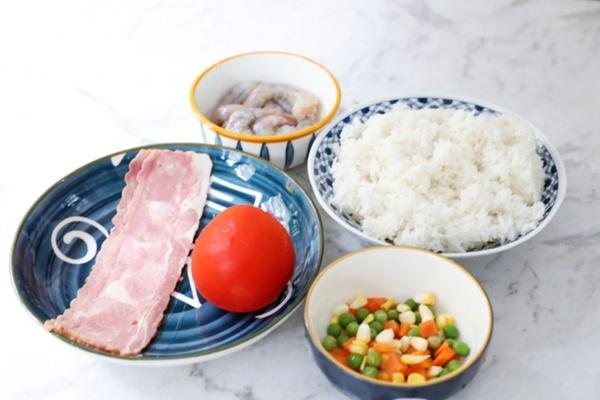 虾仁培根番茄酱蛋炒饭,满满酸甜感挑起你的食欲第一步