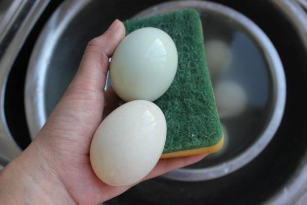 搭配什么都很美味,流油的腌咸鸭蛋第一步