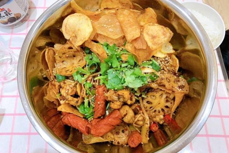 麻辣干锅牛蛙,香软的土豆配上香辣爽口的牛蛙,简直是不要太好吃