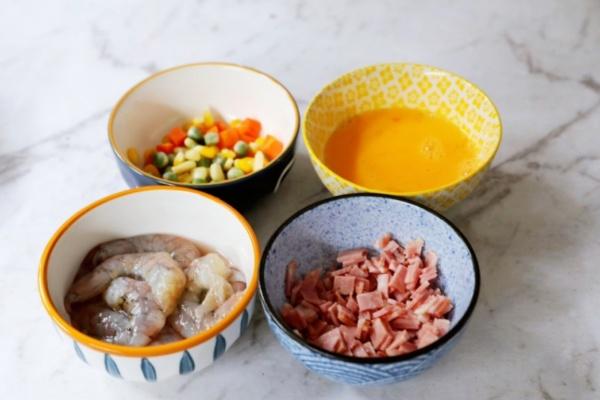 虾仁培根番茄酱蛋炒饭,满满酸甜感挑起你的食欲第二步