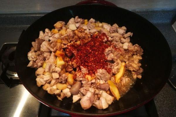 辣子兔丁,兔肉肉质细嫩,口感鲜香麻辣第三步