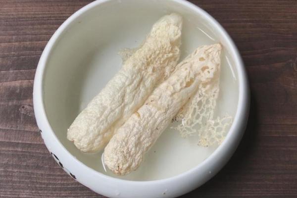 好喝的汤,那一定不能少了玉片竹荪汤,清汤好喝,口感细腻第一步