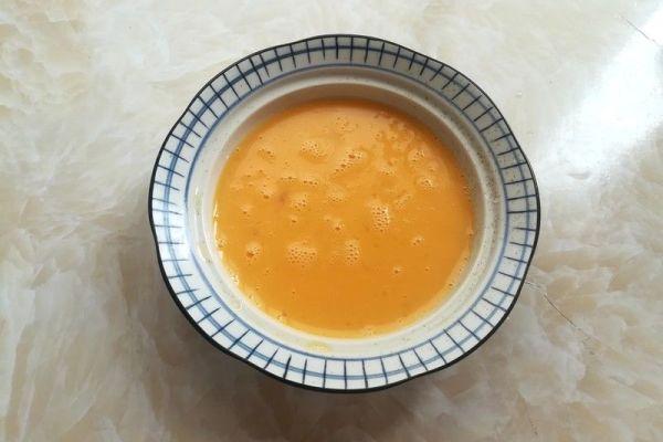 毛豆米炒鸡蛋,营养又美味第三步